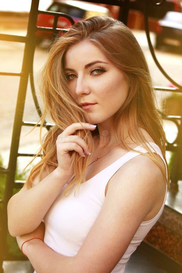 一个美丽的白肤金发的特写镜头的画象 库存图片
