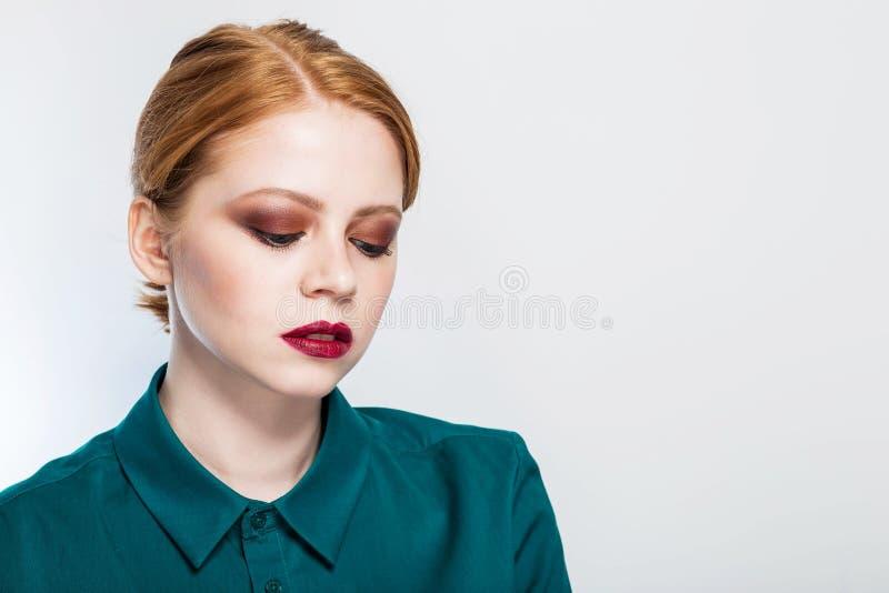 一个美丽的红发女孩的特写镜头画象有明亮的构成的 秀丽,面部关心,时尚,干净的皮肤概念 免版税库存图片