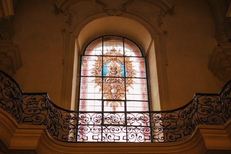 一个美丽的装饰的窗口在圣尼古拉斯教会里在布拉格 教会在1273年建造 在里面的内部 免版税图库摄影
