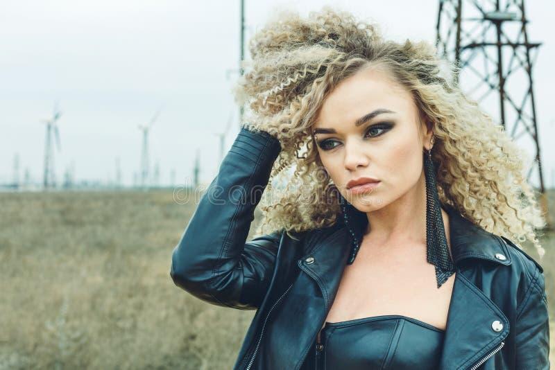 一个美丽的金发碧眼的女人的画象皮夹克的有构成和发型的 库存照片