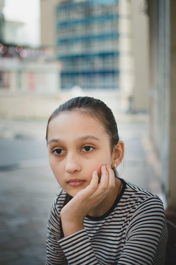 一个美丽的青少年的女孩的画象在街道上的 免版税图库摄影