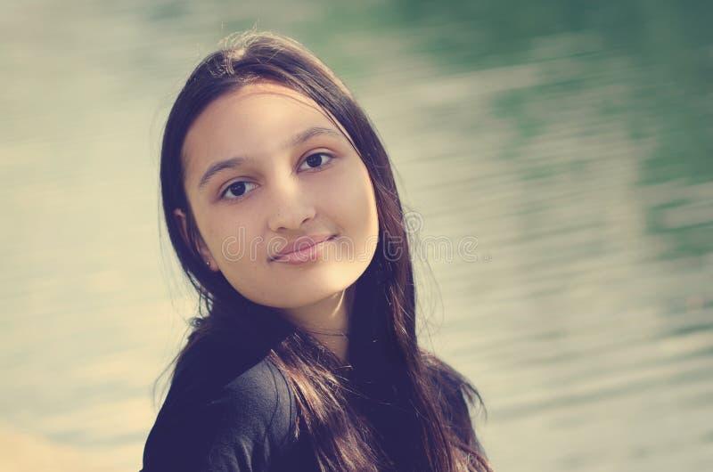 一个美丽的青少年的女孩的画象有黑暗的长的头发的 全景 免版税库存图片
