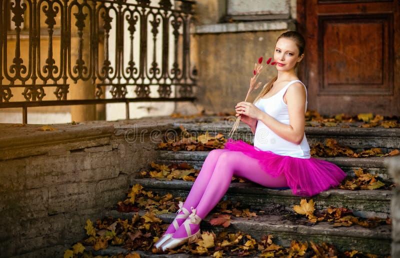一个美丽的非常逗人喜爱的怀孕的女孩的画象芭蕾桃红色的t 免版税库存图片