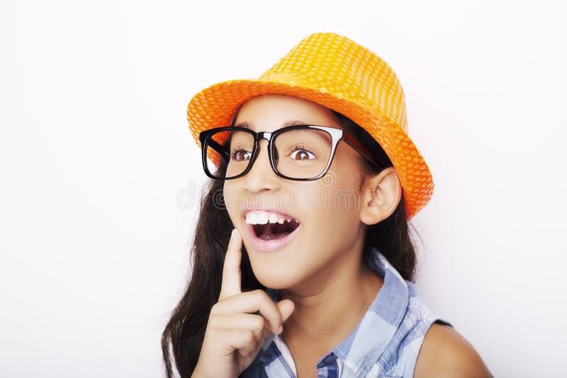 一个美丽的非洲女孩佩带的玻璃和帽子的图象 免版税库存照片
