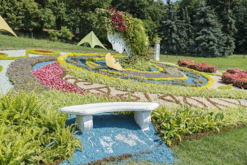 一个美丽的风景庭院的风景视图有新近地被割的草坪和花圃的绽放的 大美丽的花床  免版税图库摄影