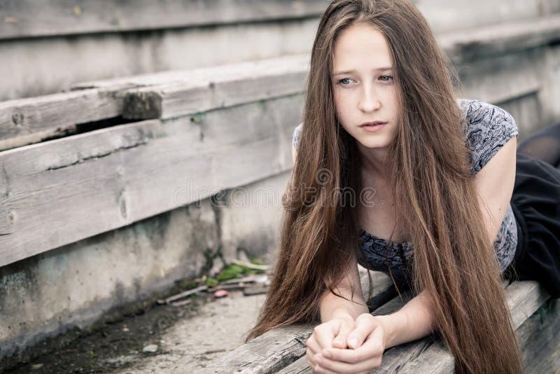 一个美丽的年轻哀伤的行家女孩的画象户外 免版税库存图片