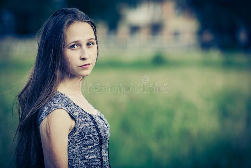 一个美丽的年轻哀伤的行家女孩的画象户外 库存照片