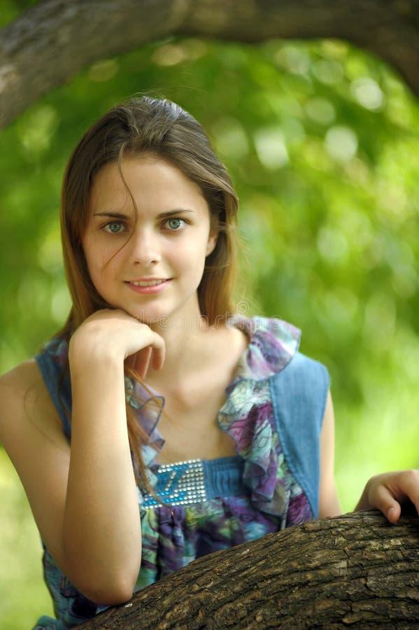 一个美丽的年轻少年女孩的画象 免版税库存照片