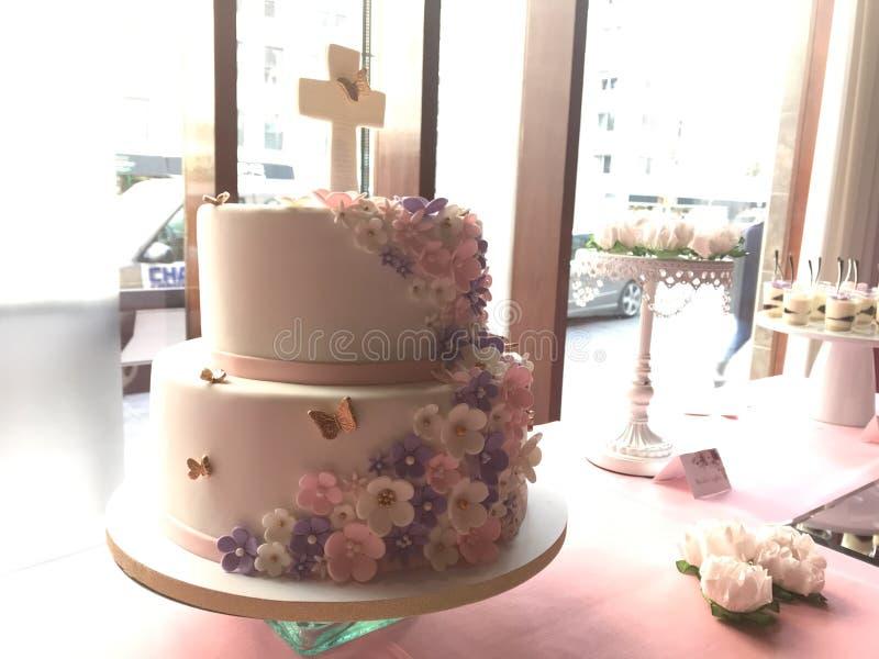 一个美丽的2排第一个圣餐蛋糕 免版税图库摄影