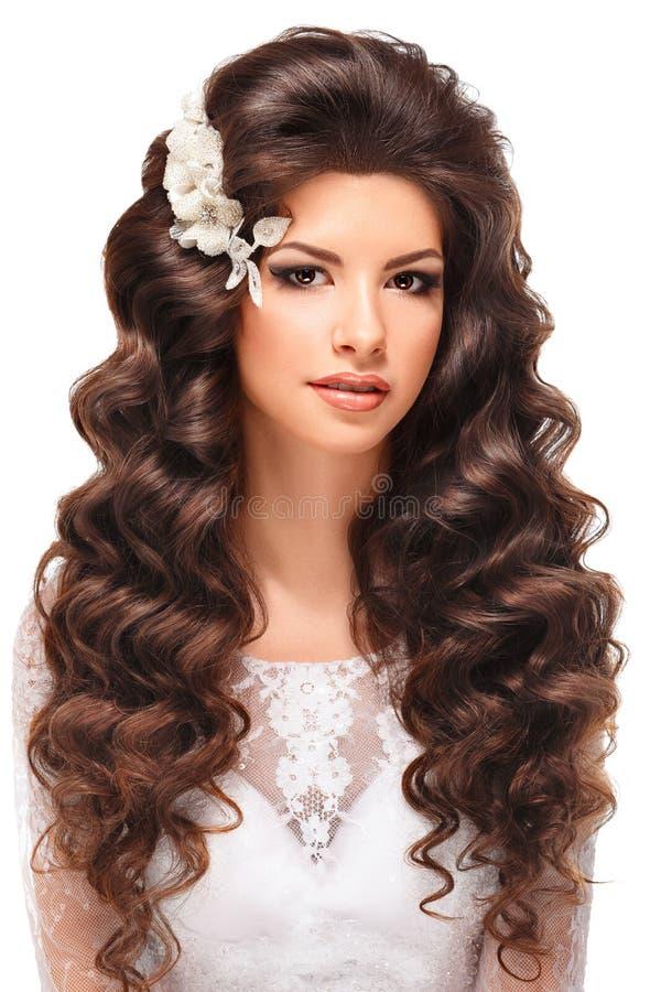 一个美丽的年轻深色的女孩的画象白色鞋带婚礼礼服的 库存照片