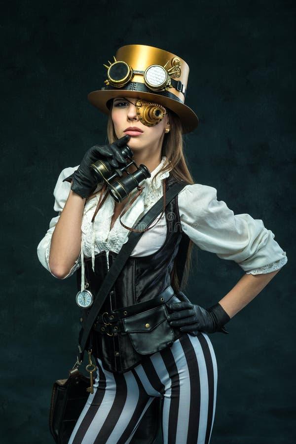 一个美丽的steampunk女孩的画象有双筒望远镜的 库存照片