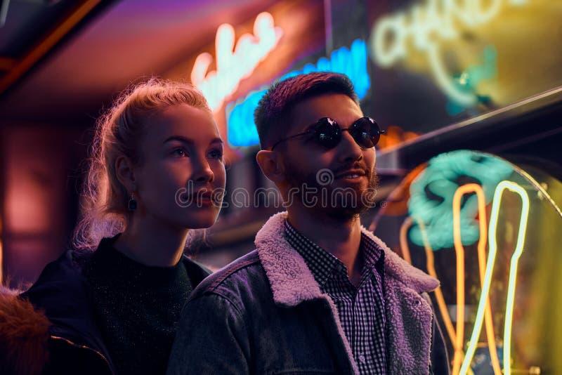 一个美女和帅哥身分在街道上的夜 库存图片