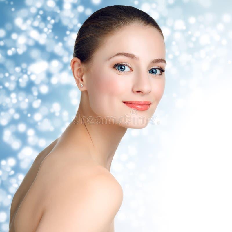 一个美好的女孩模型的画象与干净的皮肤的和蓝色 图库摄影