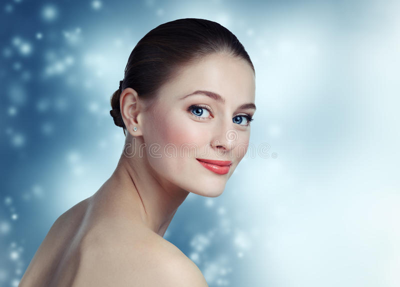 一个美好的女孩模型的画象与干净的皮肤的和蓝色 库存照片