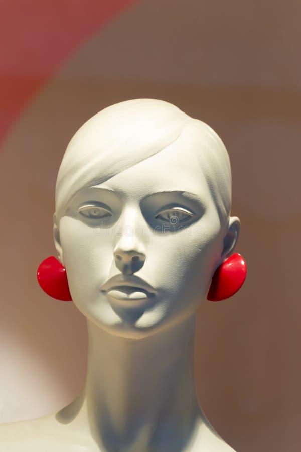 一个美好的女性塑料时装模特头的特写镜头 免版税库存图片