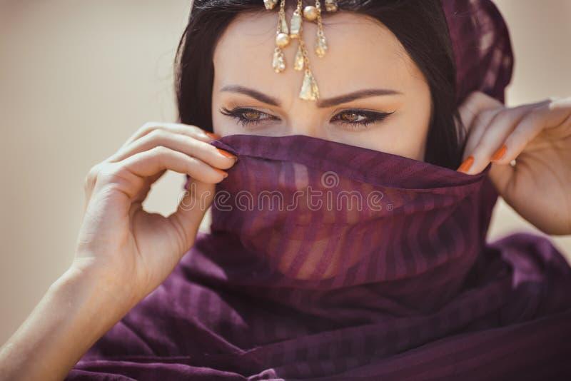一个美好的女性模型的画象在传统民族服装的有重的首饰和构成的 免版税库存图片