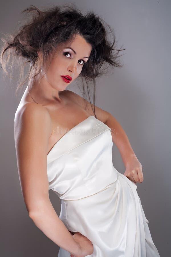 一个美好的女性模型的画象在灰色背景的 库存照片