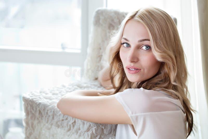 一个美好的女性模型的画象在白色背景的 免版税库存图片