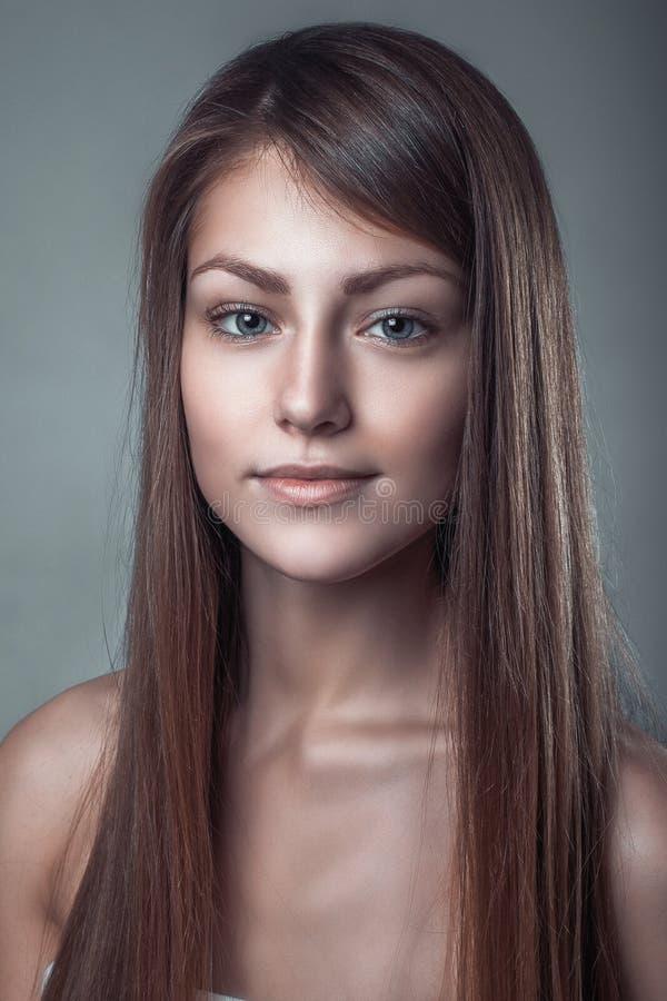 一个美好的微笑女孩的魅力干净的皮肤画象 免版税库存图片
