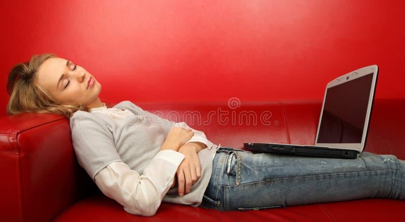 一个美好的微笑少妇的画象的关闭是睡眠 库存照片