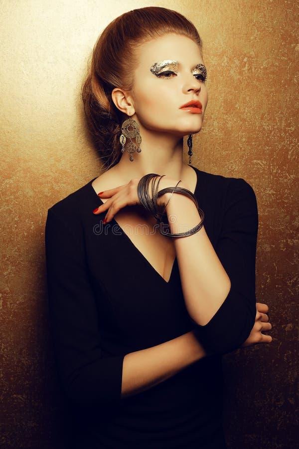 一个美好的时尚红发模型的感情画象与a的 免版税库存图片