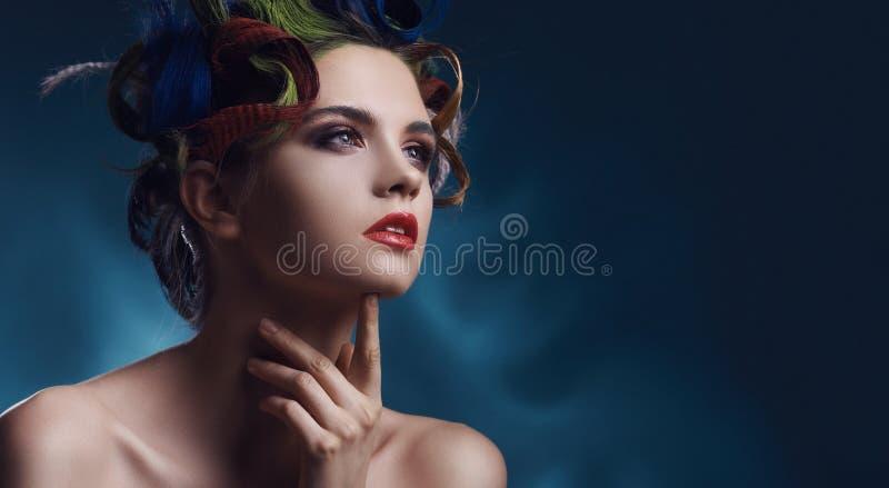 一个美好的模型的秀丽画象与五颜六色的发型的 免版税图库摄影