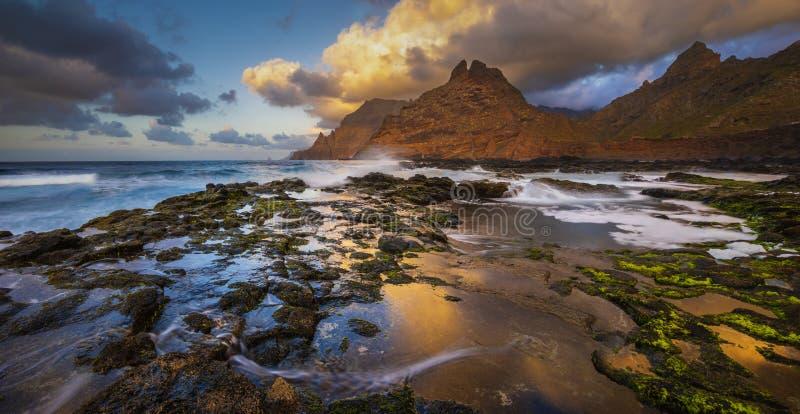 一个美好的海洋风景 海风景和山的组合 全景 免版税图库摄影