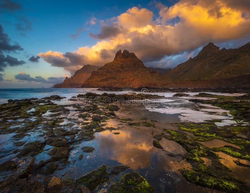 一个美好的海洋风景 海风景和山的组合 全景 库存图片