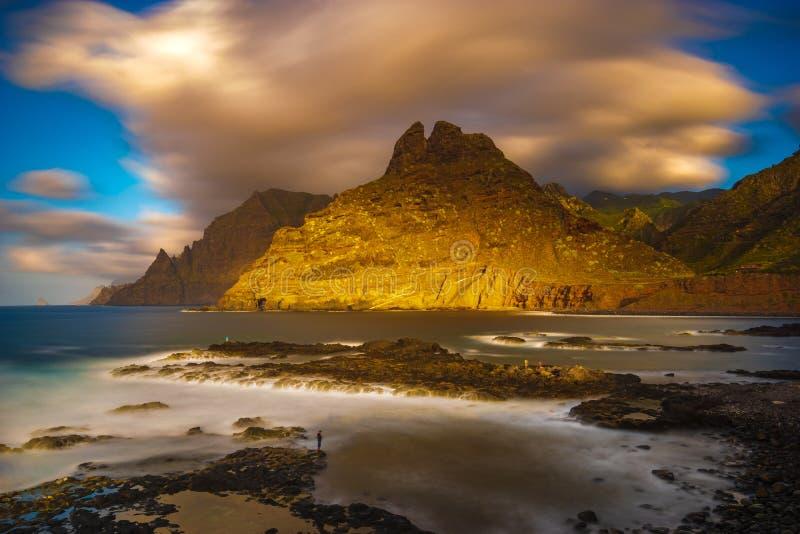 一个美好的海洋风景 海风景和山的组合 全景 免版税库存图片
