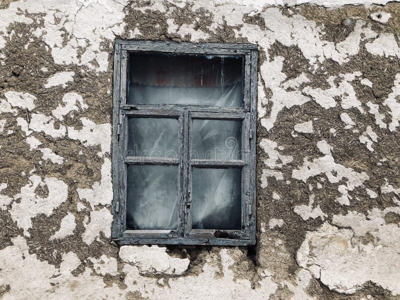 一个老乌克兰被破坏的房子的窗口 图库摄影
