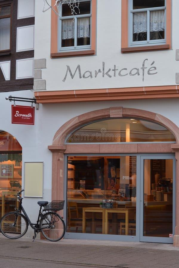 一个老历史建筑的反射在市场platz的街市在城堡Fechenbach附近在迪堡,德国 免版税库存图片