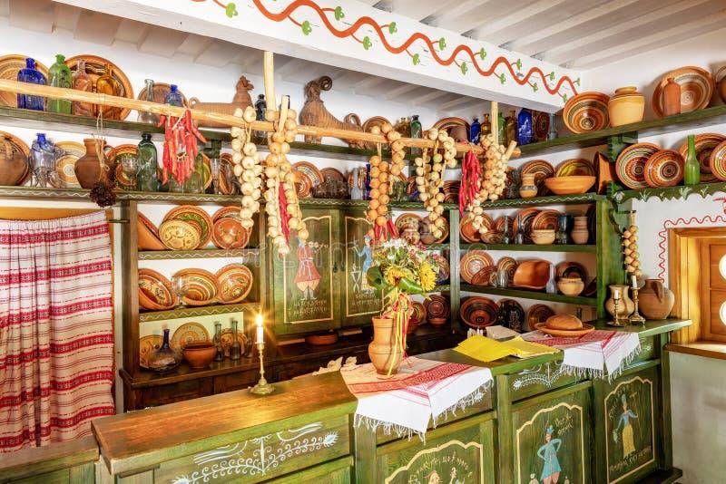 一个老咖啡馆的设计和内部,商店,陶器盘在一个老乌克兰农村房子里 库存照片