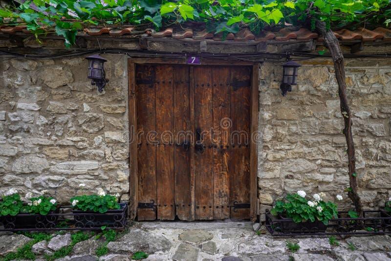 一个老墙壁和门的片段 库存照片