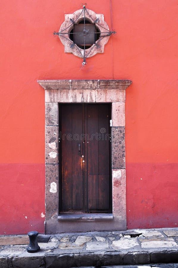 一个老墨西哥家的殖民地样式门和窗口的前面 免版税图库摄影