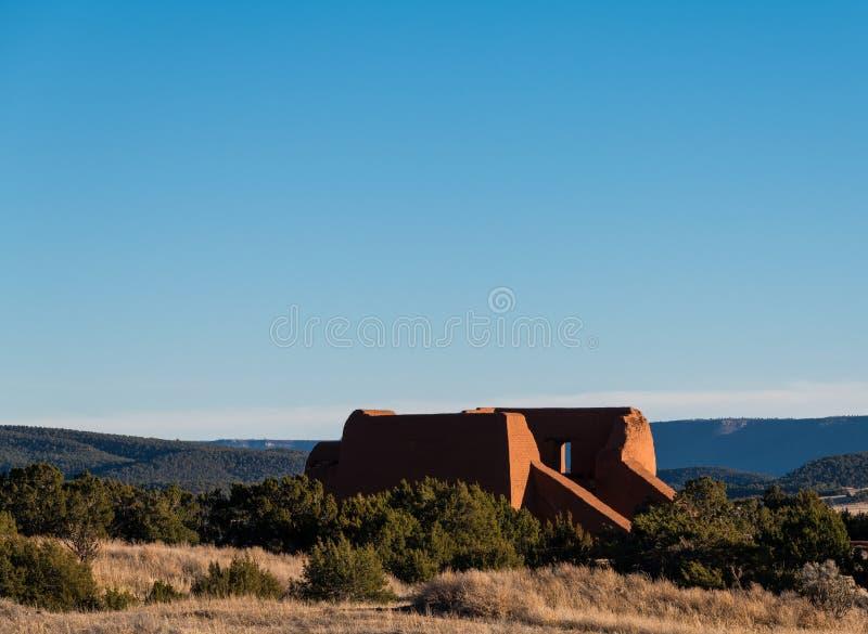 一个老多孔黏土西班牙使命教会的空的废墟Pecos全国历史公园的,新墨西哥 库存图片