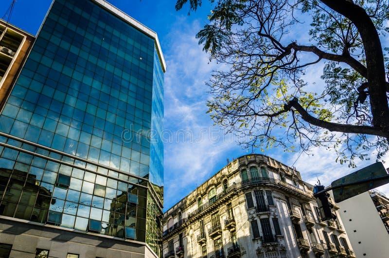 一个老大厦的反射在一个摩天大楼的在布宜诺斯艾利斯 库存图片