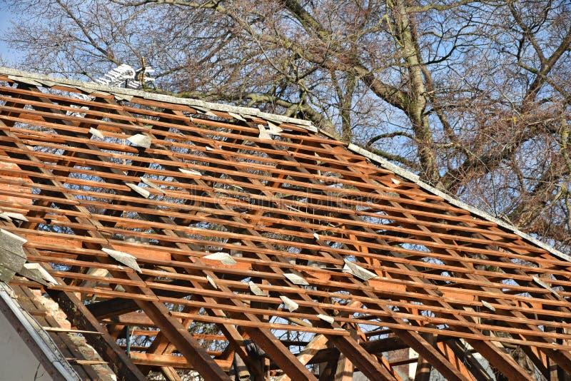 一个老大厦的屋顶在爆破下的 库存照片