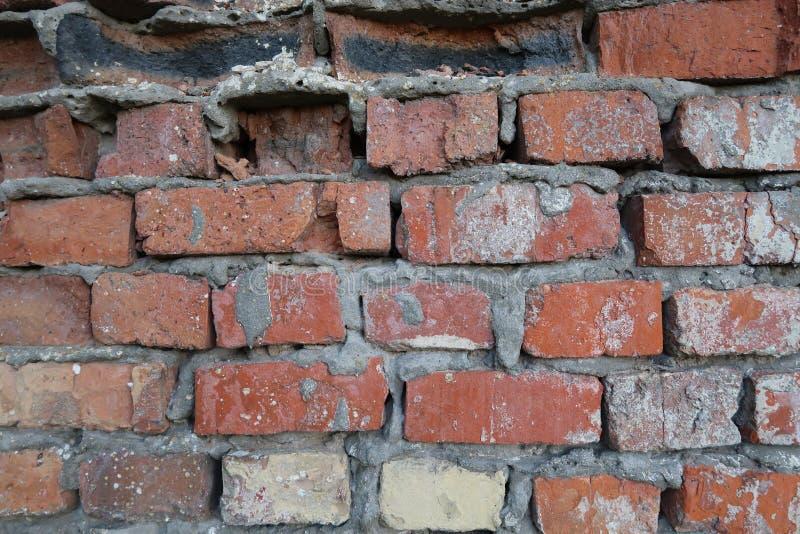 一个老大厦的残破的砖墙 库存图片