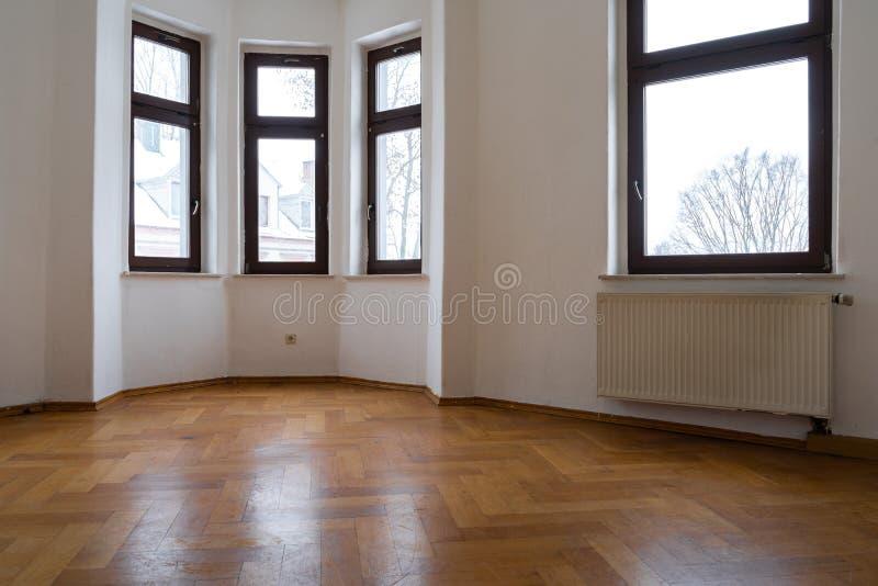 一个老大厦的空的室-整修概念 库存照片