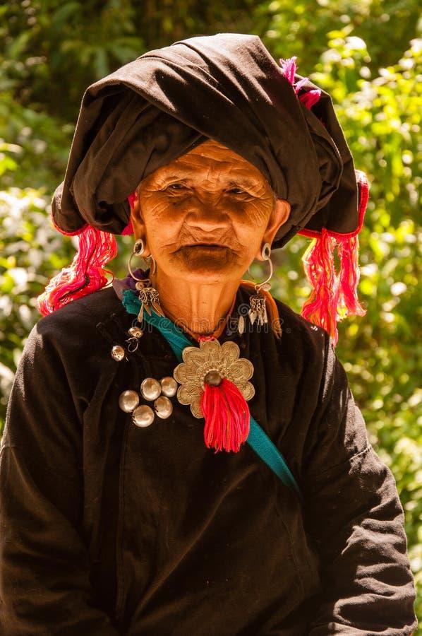 一个老妇人在Wa族群村庄 库存图片
