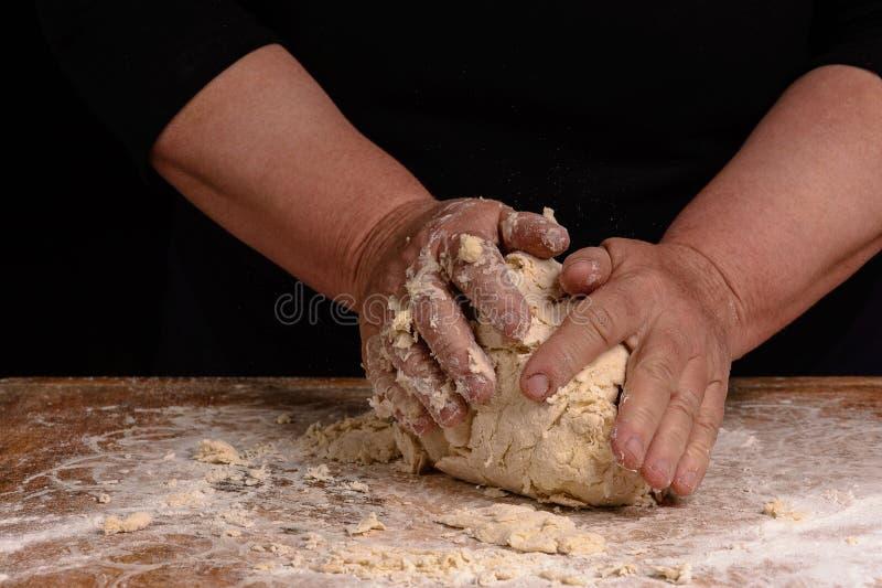 一个老妇人的祖母揉烹调的面包面团 库存图片