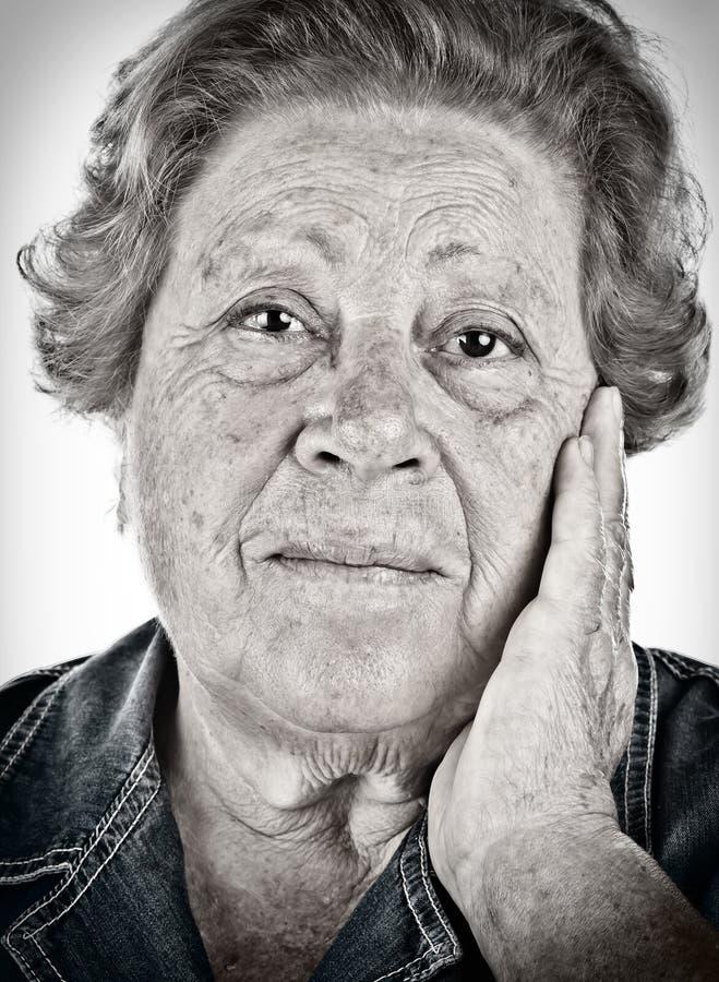 一个老妇人的表面-与dragan effe的黑白纵向 免版税库存图片