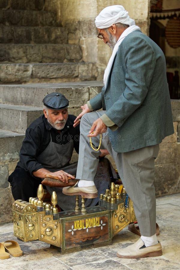 一个老库尔德人的库尔德擦鞋童擦亮剂 免版税库存照片