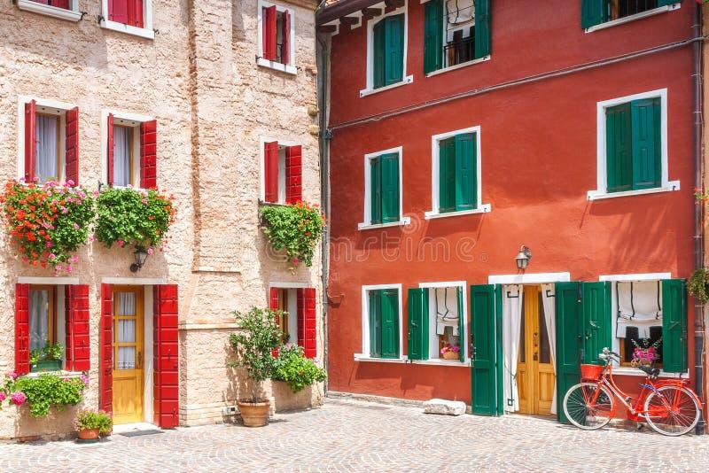 一个老房子的五颜六色的门面有一辆自行车的在意大利 库存图片