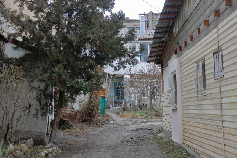 一个老房子的后院 免版税库存照片