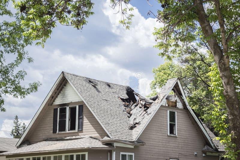 一个老房子的屋顶烧了并且陷下了  库存照片