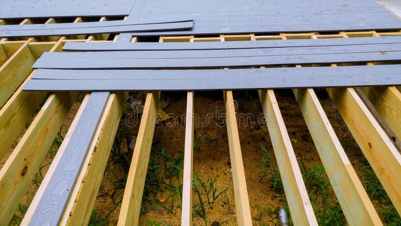 一个老木甲板或露台的修理和替换有现代综合塑料材料的 图库摄影