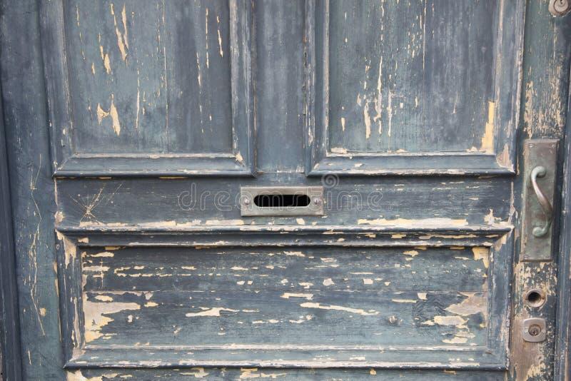 绘从一个老木门的削皮 库存照片