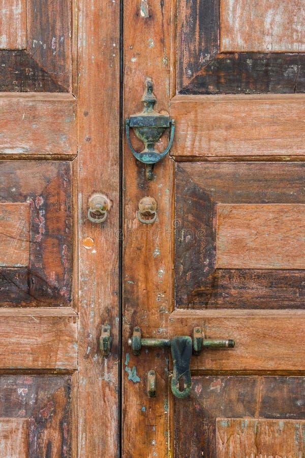 一个老木门的细节与门闩和敲门人的 免版税图库摄影