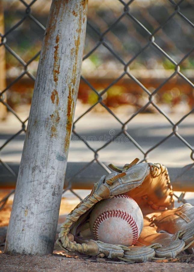 一个老棒球露指手套和球 免版税库存图片